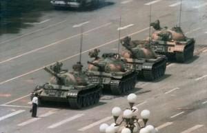 hombre frente al tanque